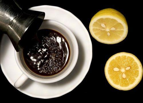Приготовление кофе с лимоном