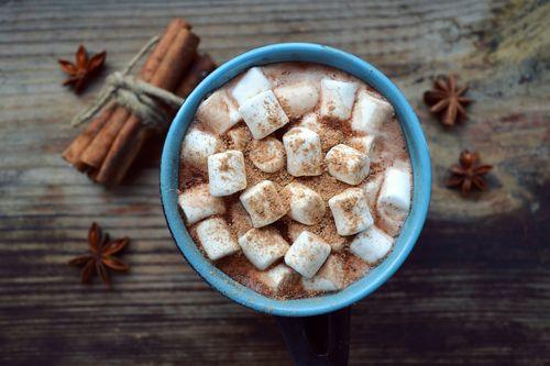 Чашка с кофе и зефиром маршмеллоу