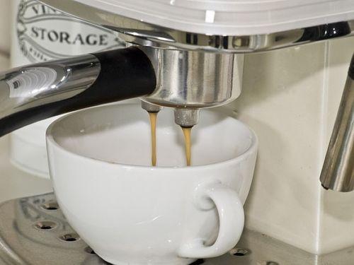Разлив кофе в чашки