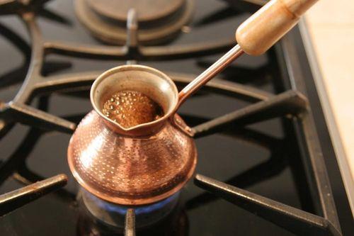 Кофе в турке на газовой плите
